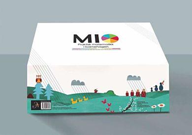 MIO. Praktisk matematikk i barnehagen. 6 samtalebilder. 81 aktivitetskort. 1 fallskjerm. 1 kortstokk