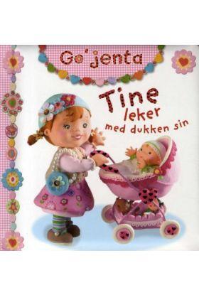 Tine leker med dukken sin