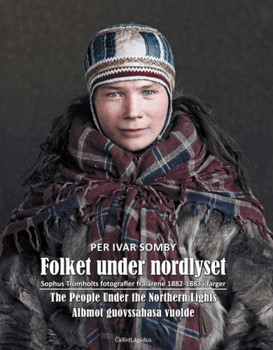 Folket under nordlyset = People under the northern lights = Álbmot guovssahasa vuolde